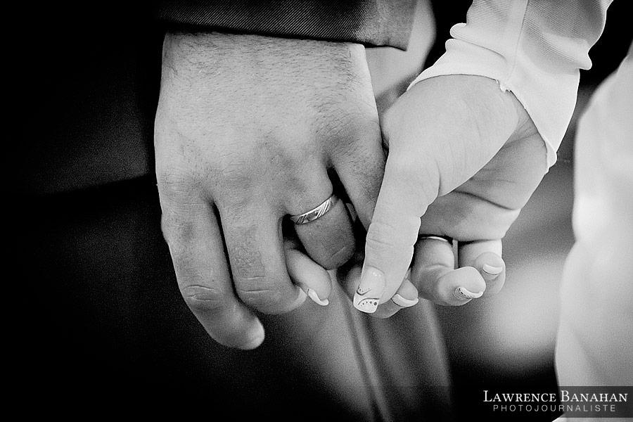 Détail mariage, Mains de Cindy et Florent, reportage mariage, Les Arcs sur Argens, Eglise, Photographe Mariage