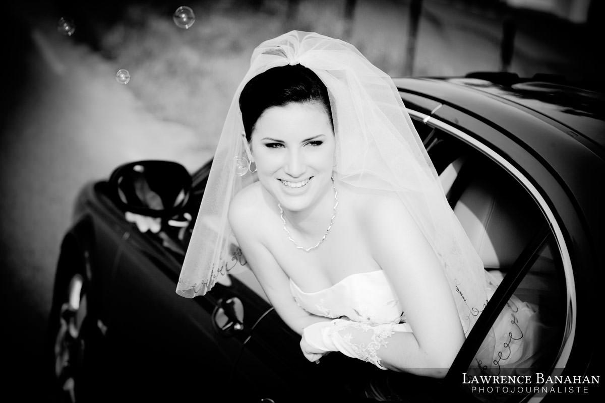 Cindy, départ depuis l'église, reportage photo mariage, photographe mariage